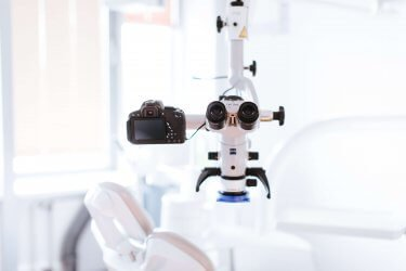 Lupenbrille und Mikroskopbehandlung - Zahnarzt Ustensilen